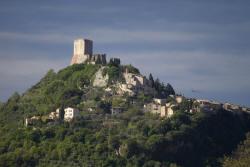 piccolo paese con torre