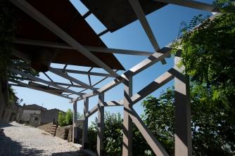 1 Porta di Milone, pergolato in legno d'ingresso al borgo _ foto A. Bergamino
